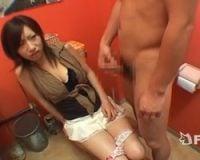 【センズリ鑑賞】トイレに乱入していきなりチンポをシコシコ