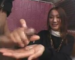 【高速手コキ】「大丈夫ですよぉ!頑張って下さい!」チンポにコンプレックスを抱える男性に無意識の高速手コキを見舞う素人OL