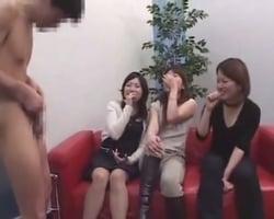 【センズリ鑑賞】最新下着品評会に招かれた女子にセンズリチンポを見せてみたら予想以上の大盛り上がりにwww