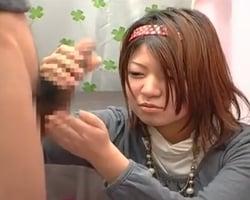 【手コキ】これが人生で初めて見る生チンポ!初手コキ!ぎこちない手つきで射精に導く20歳JD