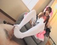 【足コキ】ロリコス美女の白タイ足コキがとっても気持ち良さそう