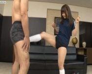 【金蹴り】初めての金蹴り!「痛い…?」M男を心配しながらもバシバシ蹴り込む素人娘