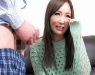 【センズリ鑑賞】初めて見る男のオナニーに恥ずかしいけど…興味津々!人妻が恥じらうセンズリ鑑賞