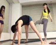【金蹴り】ヨガ教室講師の金玉をブチ切れ女子受講生たちがフルボッコ!女性の身体をいやらしい目で見てくる男は誰だろうと許さない!