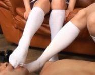 ザー汁すげぇ飛んでるwww女子校生の汗がたっぷり染みついた蒸れ蒸れ白ソックスをクンクン、ペロペロ、シコシコぴゅんっ!