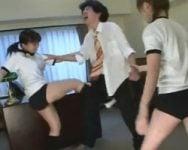 【金蹴り】横柄なセクハラ担任に女子校生がブチ切れ!グーパン!モロ蹴り!フルボッコ!