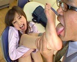 教え子の生足をベロしゃぶり